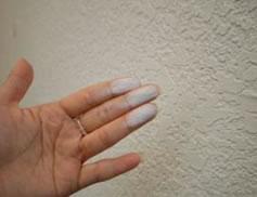 壁に手を擦りつけると白い粉がつく イメージ画像