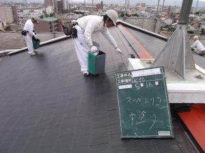 アパ-トの屋根の塗装をしています。