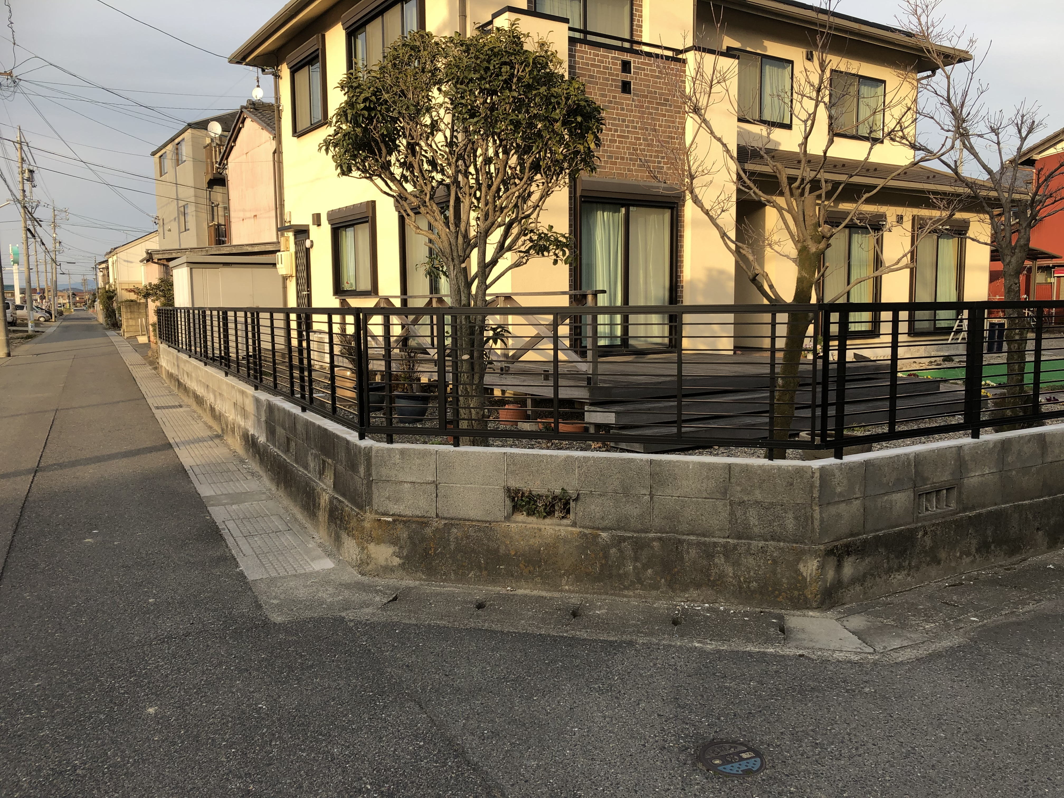 ブロックからフェンスに変わったことによって、素敵なご自宅が見える割合が増え、とてもスタイリッシュに仕上がりました!