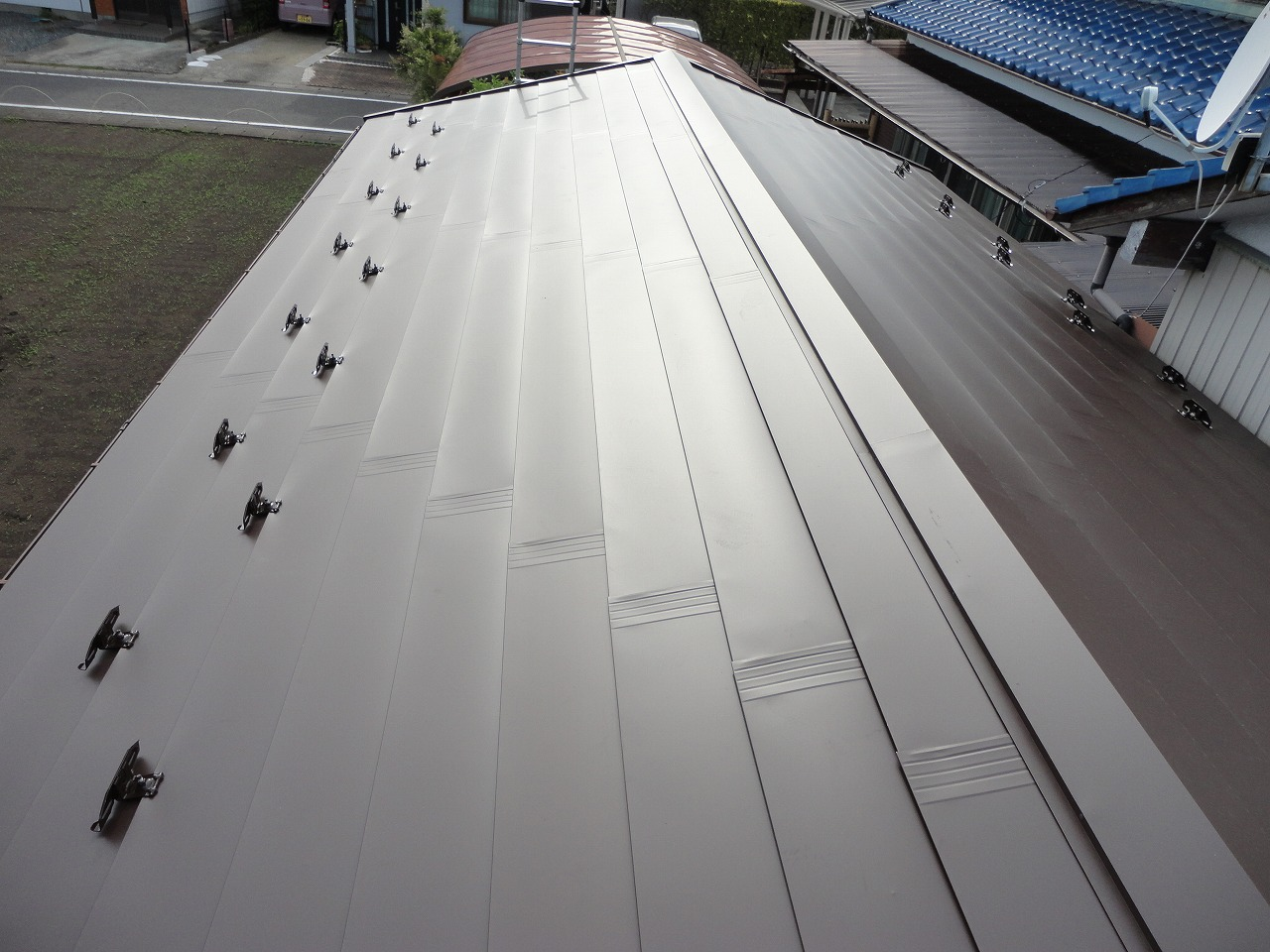 台風の影響で破損のひどかった屋根は、カバー工法によってきれいになり、雨漏りの心配もなくなりました。 またテラスの破損等もなおり、喜んでいただけたことと思います。